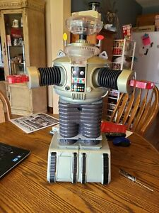 """TRENDMASTERS LOST IN SPACE THE CLASSIC SERIES RADIO CONTROL B-9 ROBOT 24"""" NM W/B"""