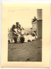 Femme + enfant famille jardin maison  - photo ancienne amateur an. 1940 50