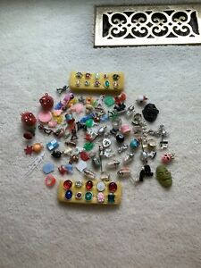 NICE LOT OF VINTAGE GUMBALL CHARMS, CRACKER JACK PRIZES, JEWELRY ITEMS, TOYS