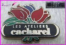 """Pin's Parfum Perfume Fleurs """" Les ateliers de CACHAREL """" Très rare numéroté 1597"""