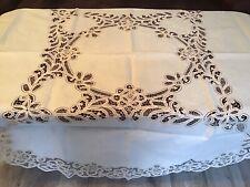 Unbenutzte hübsche runde Tischdecke mit Spitze und Stickerei.Baumwolle.