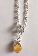 collier argenté avec pendentif dauphin perle oeil de chat jaune orangé