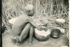 Carte PHoto à identifier d'une personne cuisinant au sol Semble en Afrique