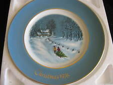 Avon Wedgewood Christmas Plate 1976 Bringing Home the Tree Vintage Cl14-1