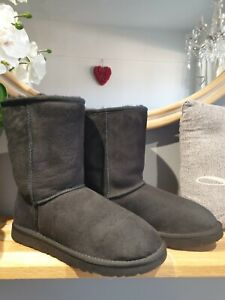 GORGEOUS UGG CLASSIC SHORT  SIZE 5.5 BLACK. SNUGGLY!!