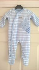 BABY BOYS FLEECY SLEEPSUIT 6 TO 9 MTHS BLUE WHITE STRIPE WITH FEET TEDDY MOTIF