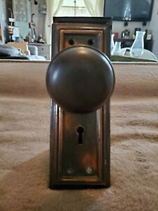 VINTAGE MATCHING PAIR OF METAL DOOR KNOBS AND BACKPLATES