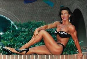 Found Photo FEMALE BODYBUILDER 80's 90's PRETTY WOMAN Color MODEL EN 16 28 Q