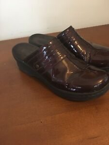 Womens CLARKS Clogs size 9M in VERY GOOD CONDITION