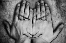 Encadrée Imprimer-FREAKY visage sur le dos de la main de l'homme (Photo Poster art)