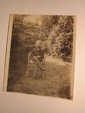 kleines Mädchen sitzt im Garten in einem Korbsessel im Juni Juli 1927 / Foto