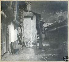 photo ancienne . village de montagne . un femme avec une hotte .