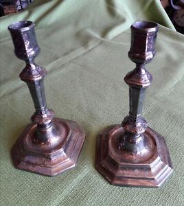 Ancienne paire de bougeoirs en métal argenté belle qualité métal repoussé