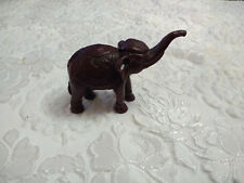 Red Resin Elephant Figurine avec soulevé de coffre