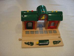 BRIO Wooden Railway sprechender Bahnhof (mit Aufnahmefunktion) 33668 Record Play