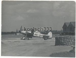 Foto Focke Wulf Fw 190 Rammjäger Flugzeug vor dem Einsatz auf einem Flugplatz !