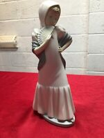 NAO Figurine: A Large NAO By Lladro Figurine Of A Girl With Fan DAISA 1980 Lot/1