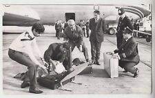1970 PRESS PHOTO - Heathrow Airport, security men & police checking luggage