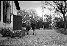 Deux petites filles soeurs jeux jardin cour - Ancien négatif photo an. 1950