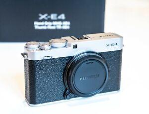 Fujifilm X-E4 Body silber + ACC Kit MHG-XE4 Handgriff + TR-XE4 Daumenauflage
