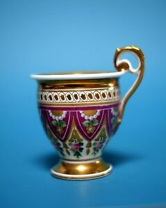 Biedermeier Tasse, aufwändig bemalt. Spitze Form, hoher Henkel, um 1840