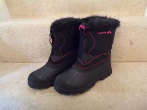 WOMANS size 5 trespass BLACK SNOW BOOTS WORN ONCE WITH PINK STITCHING