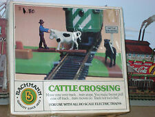 RARE ** OPERATING ** === CATTLE CROSSING === Bachmann HO Scale Train *mint*