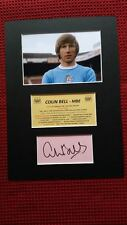 MANCHESTER CITY COLIN BELL HAND SIGNED CARD w/PHOTO A4 MOUNTED DISPLAY-AFTAL COA