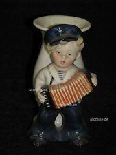 +# A004357_09 Goebel Archiv Muster Vase Matrose mit Schifferklavier TMK1 Krone