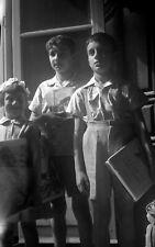 Enfant fille garçons avec livres à la main cadeau  négatif photo ancien an. 1950