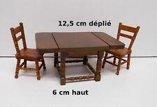 une table pliante et deux chaises ,miniature,maison de poupée, vitrine  M5