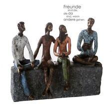 79459 Skulptur Network Poly mit farbigen Kleidungsstücken auf grauer Basis
