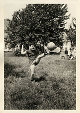 PHOTO ANCIENNE - VINTAGE SNAPSHOT - ENFANT JEU BALLON FOOTBALL MOUVEMENT - BALL
