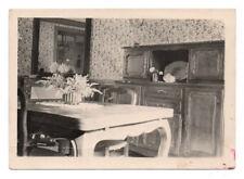 PHOTO ANCIENNE Intérieur Maison Salle à manger Buffet 1943 Fleur Tapisserie