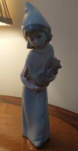LLADRO SPANISH FINE PORCELAIN FIGURINE GIRL HOLDING ROOSTER. #4677 1969 - 2001