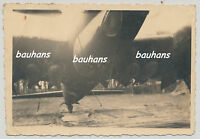 Foto Luftwaffe Flugzeug-Focke Wulf 200 ? mit Bomben Feldflugplatz 2.WK (u42)