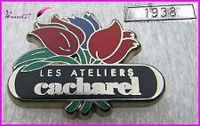 """Pin's Parfum Perfume Fleurs """" Les ateliers de CACHAREL """" Très rare numéroté 1938"""