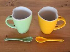 2 Kaffeetassen / - becher in Herzform mit Löffel (hellgrün und gelb)