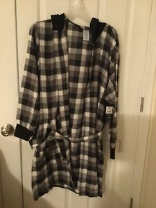 Fruit Of The Loom Men Hooded Flannel Robe. One Size Black/ White