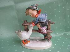 Schöne Hummel Figur als Junge am Zaun mit Ente