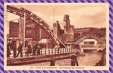 PARIS - parc d'attraction - un passage du cyclone