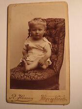 Ringe og Korinth - kleines Kind sitzt auf einem Sessel / CDV Dänemark
