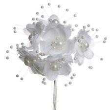 Bouquet de fleurs en tissu blanc et perles