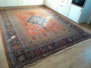 Beautiful and Very old Hand knotted Wool Rug 270cm x 350cm