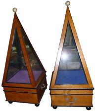 Rare Paire de vitrine pyramidale étagère pyramide en bois de placage et verre