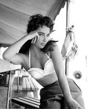 "ELIZABETH TAYLOR ON THE SET OF THE FILM ""GIANT"" - 8X10 PUBLICITY PHOTO (DA-183)"