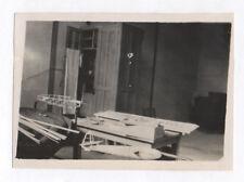 PHOTO ANCIENNE Snapshot Maquette Avion Aviation 1946 Étrange Bois Armoire