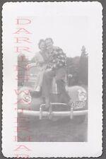 AUTO DE ÉPOCA FOTO Muñeco & Bonito Niña con / 1940 Ford Deluxe AUTOMOBILE 763777