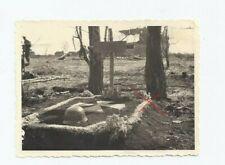 NR.33978 Foto Deutsches Soldaten Grab Stahlhelm 1942  7 x 9,5 cm