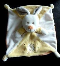 34 - DOUDOU PLAT VETIR LAPIN gris blanc jaune orange motif lapin ours - TBE